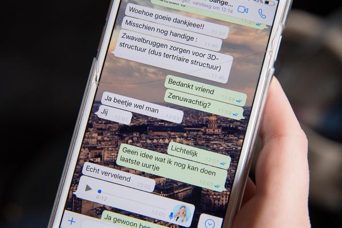 Via WhatsApp ontdek je dat je niet de enige bent die zenuwachtig is: ook je vriendin en klasgenoot is een 'beetje wel' gespannen. Jij: 'lichtelijk'. Vooral dat laatste uur voor je eerste examen is zenuwslopend.