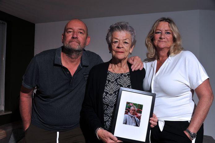 """Clary Sonderman omringd door haar kinderen Marcel en Monique, met een foto van haar overleden man Hans in haar handen. ,,Hij was de liefste man die ik kende."""""""