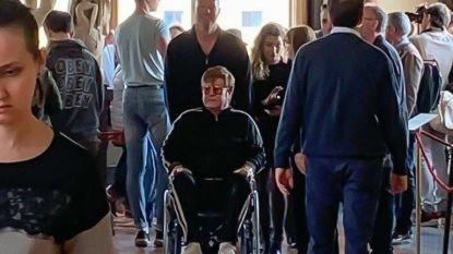 Elton John zit in een rolstoel met een verstuikte enkel