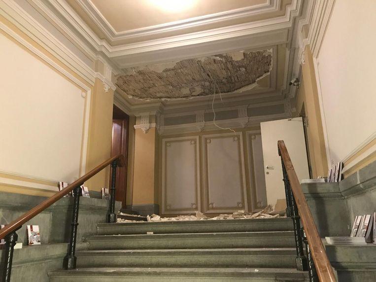 Het pleisterwerk van het plafond in de centrale hal viel plots naar beneden.