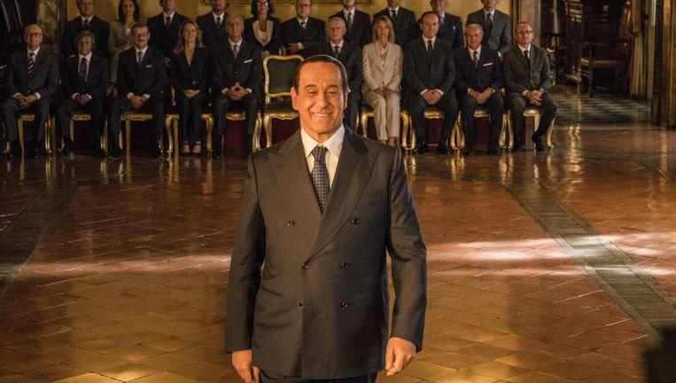 Toni Servillo speelt Silvio Berlusconi in Loro als een grotesk type met een brede kunstmatige glimlach Beeld