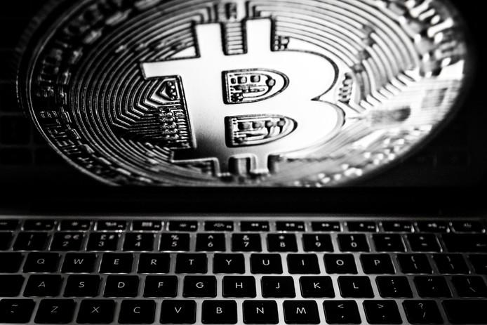 Een laptop met het logo van de digitale cryptovaluta Bitcoin.