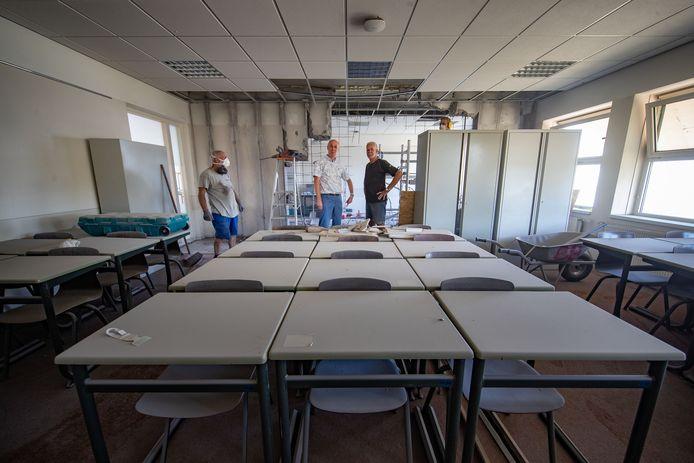 Een klaslokaal bij middelbare school RSG Tromp Meesters in Steenwijk wordt vergroot om zo meer ruimte te kunnen creëren tussen leerlingen en docenten in coronatijd.