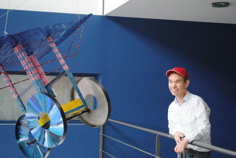 Trotse kunstenaar Alex bij zijn zelf ontworpen 'Vliegend Baks'ke' vanuit restmateriaal van Vergokan - specialist in kabeldraagsystemen.