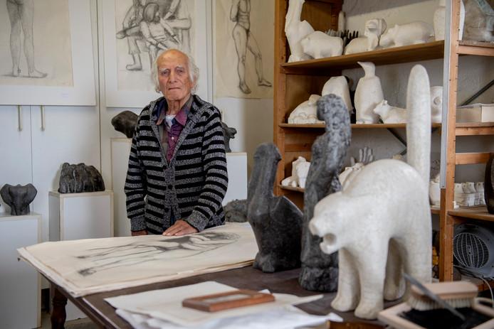 Orhan Otay in zijn atelier in Drongelen.
