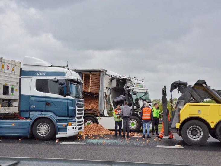 A4 dicht bij Bergen op Zoom door ongeval met vrachtwagen, snelweg deels bezaaid met uien