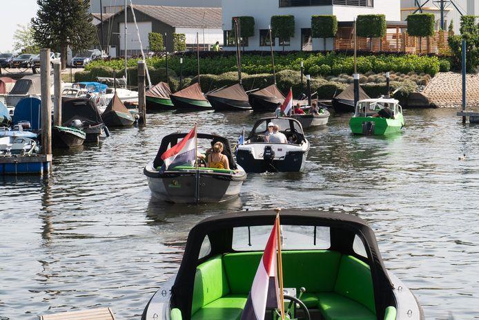 Drukte bij de bootjesverhuur in de oude haven van Drimmelen.
