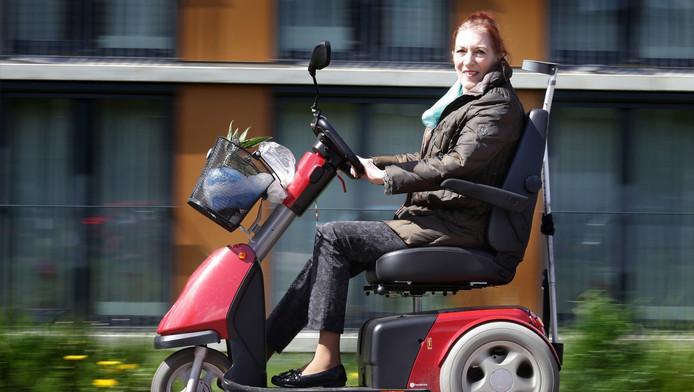 Riekie Bakker uit Zwijndrecht is woest daar haar scootmobiel ongevraagd een snelheidbegrenzer heeft gekregen.