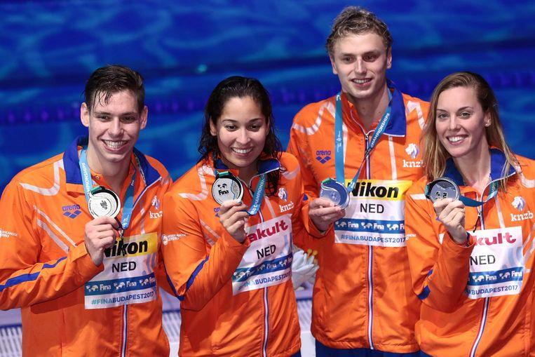 Ben Schwietert, Kyle Stolk, Femke Heemskerk en Ranomi Kromowidjojo met zilver op het podium Beeld afp