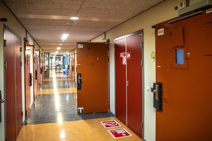 Gedetineerden in PI Zwolle kunnen videobellen met het thuisfront nu geen bezoek is toegestaan.