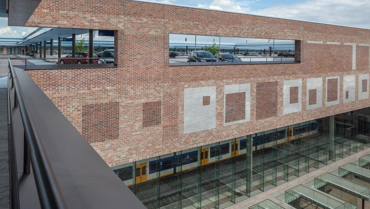 Het parkeerdak van Station Breda Beeld Harry Cock