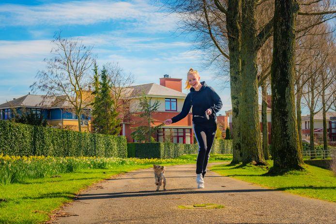 Haagse nieuwe Floor van Hees loopt nu in coronavirus tijd met haar hondje hard.