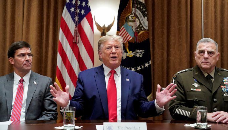 De Amerikaanse president Trump met links van hem Defensieminister Mark Esper.