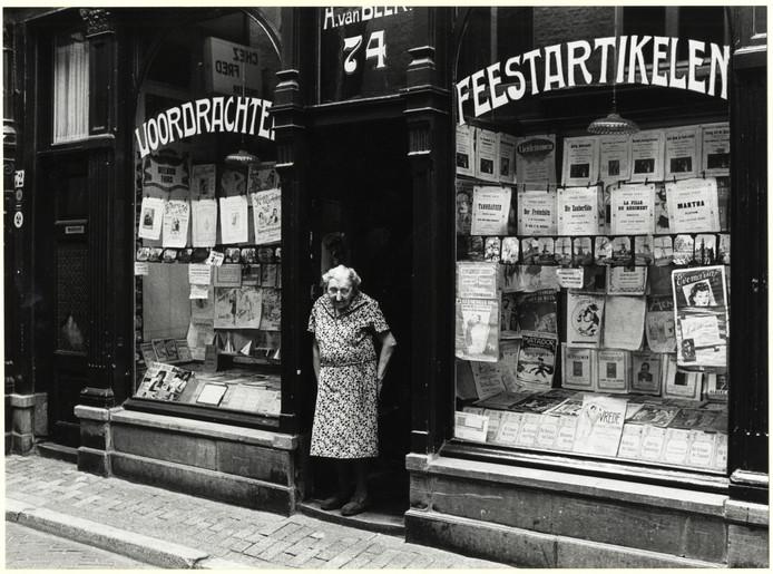 Mevrouw Van Beek in haar winkeltje in het Achterom, naast de Passage. n