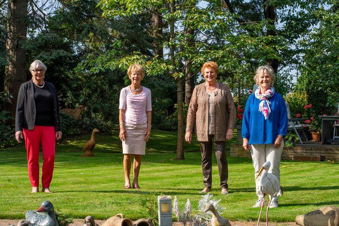 De vier vriendinnen (v.l.n.r) Ineke Monster, Kitty Kroep, Ria Derks en Mieke Roossink begonnen 60 jaar geleden samen aan de verpleegkunde-opleiding.  Zij hebben, tijdens de opleiding, gewoond in de verpleegkundigen-flat aan de overkant van het ziekenhuis aan de Vestdijk.