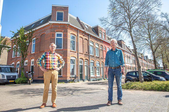 Teo Dunning en Bram van Duinen (rechts) dit voorjaar voor de panden aan de Deventerstraatweg.
