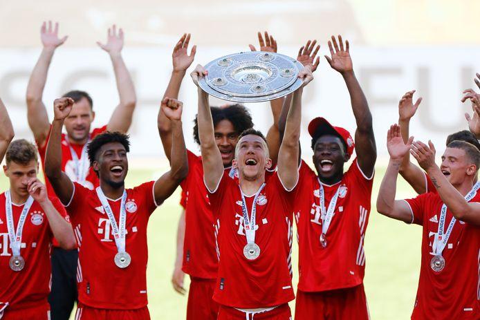 De spelers van Bayern vieren de titel in de Bundesliga.
