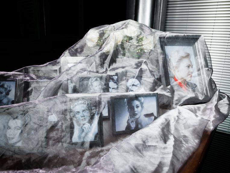 Rechts op de kast een ingelijst portretje van actrice Kim Novak. Beeld Ivo van der Bent