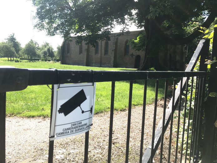Waarschuwingsbordje voor cameratoezicht bij de Hof te Zandekerk.