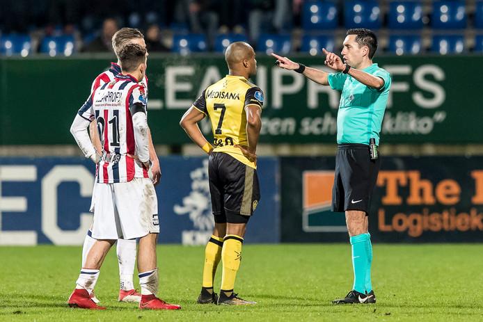 Scheidsrechter Dennis Higler geeft uitleg aan Roda JC-speler Mikhail Rosheuvel.