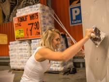 Boor en handtas liggen zij aan zij tijdens ladies night bij bouwmarkt in Best
