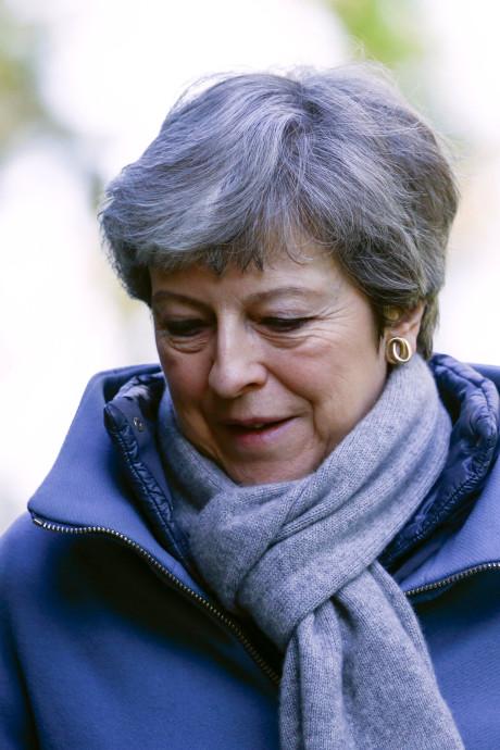 Positie Theresa May hangt aan zijden draadje