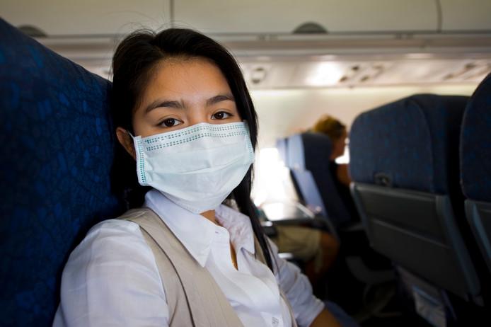 Zet die ventilator boven je vliegtuigstoel aan. Het beschermt je tegen ziektekiemen.