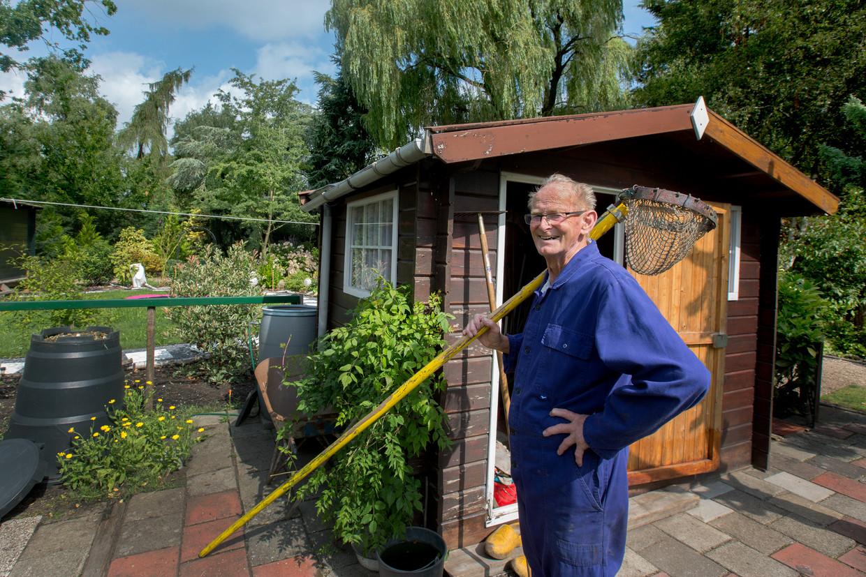 Bert Vos (90) in zijn tuin in het Volkstuincomplex Kweeklust.