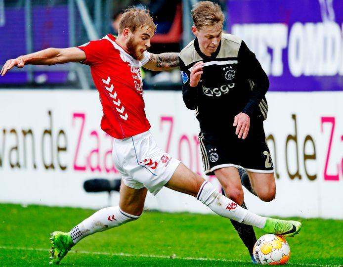 FC Utrecht-Ajax: Timo Letschert vloert Frenkie de Jong met een tackle