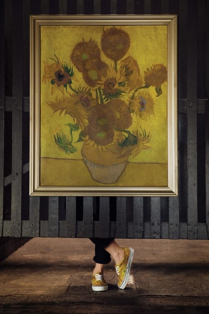 Van Goghs Zonnebloemen met daaronder de op het wereldberoemde doek geïnspireerde Vans.