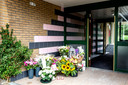 Bloemen voor ingang van wooncomplex Van der Waalsstraat waar door een explosie twee bewoners om het leven zijn gekomen