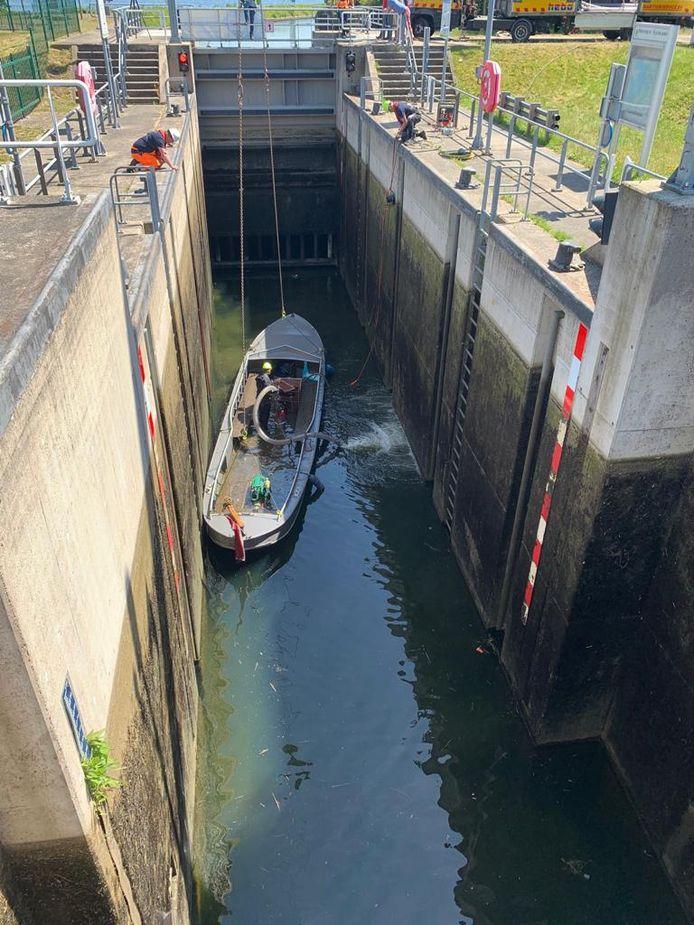 Er moest een hijskraan aan te pas komen om de boot uit het water te tillen.
