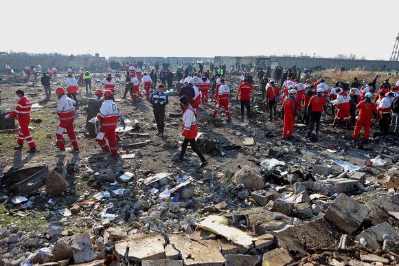 Reddingswerkers op de site van de crash.