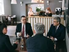 Le Premier ministre polonais crée un tollé en ne respectant pas la distanciation sociale