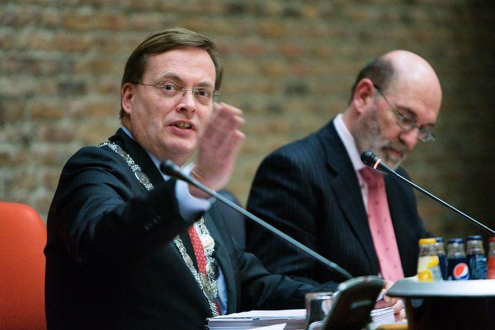 Burgemeester Stefan Huisman tijdens een raadsvergadering, geflankeerd door de toenmalige raadsgriffier.