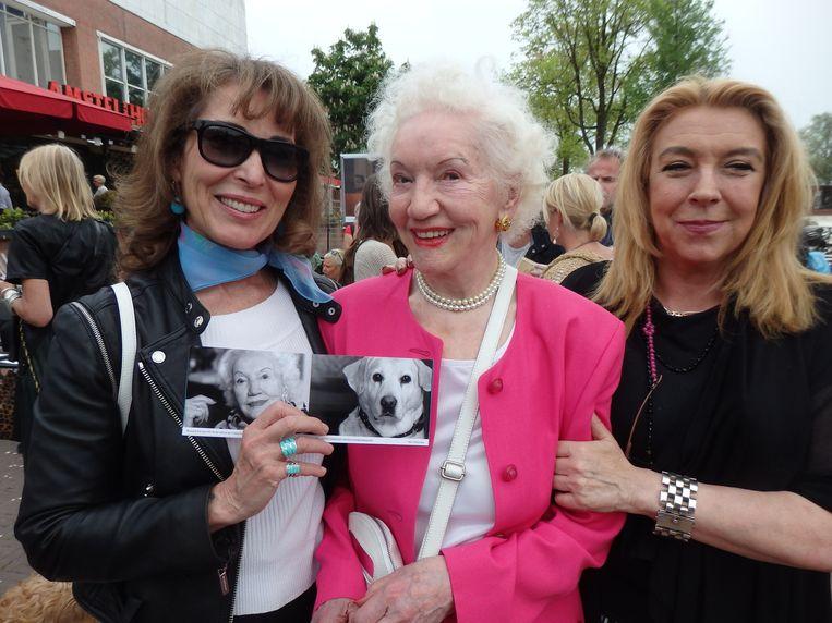 Fotograaf Patricia Steur, model Jeanette de Vries-Spoor en Joke Toenbreker, die haar Lulu uitleent. Beeld Schuim