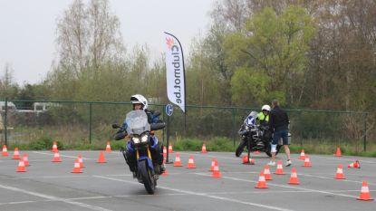 """Motorrijders aan de slag op behendigheidsparcours: """"Beter een praktische bevestiging dan foute fout idee"""""""