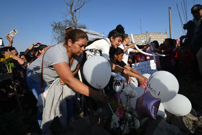 Dépôt de fleurs et de ballons sur le lieu de la découverte du corps de la fillette assassinée, le 17 février 2020 à Tlahuac, au sud-est de Mexico.