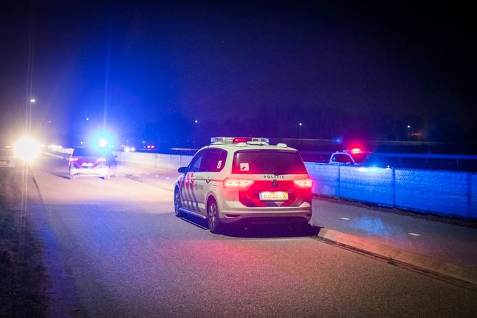 Vier mannen in een auto zijn aangehouden, ze zouden een vuurwapen bij zich hebben.