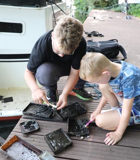 Jay-Lee (6) en Ryan (11) vissen kluis met sieraden op in water Leidschendam
