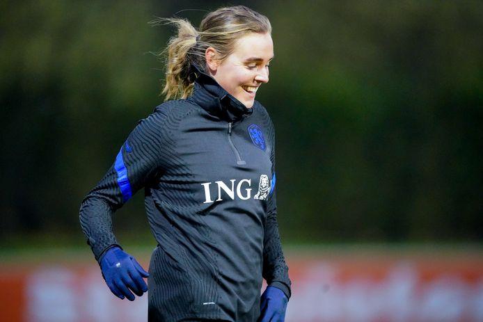 Een lachende Jill Roord tijdens de training met het Nederlands elftal in Zeist. Vrijdag speelt ze met Oranje een oefenduel tegen de Verenigde Staten.