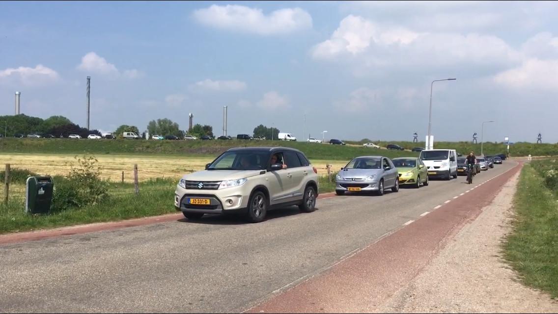 Wachtrij voor de pont in Herwijnen met verkeer dat naar het zuiden wil.