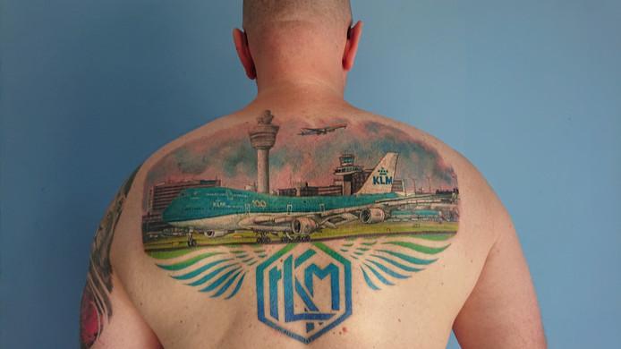 KLM-onderhoudsmonteur Dirco Wit liet een grote tatoeage zetten ter ere van het 100-jarig bestaan van KLM