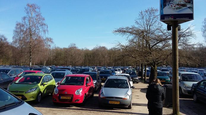 Een overvolle parkeerplaats van Ouwehands Dierenpark in Rhenen.
