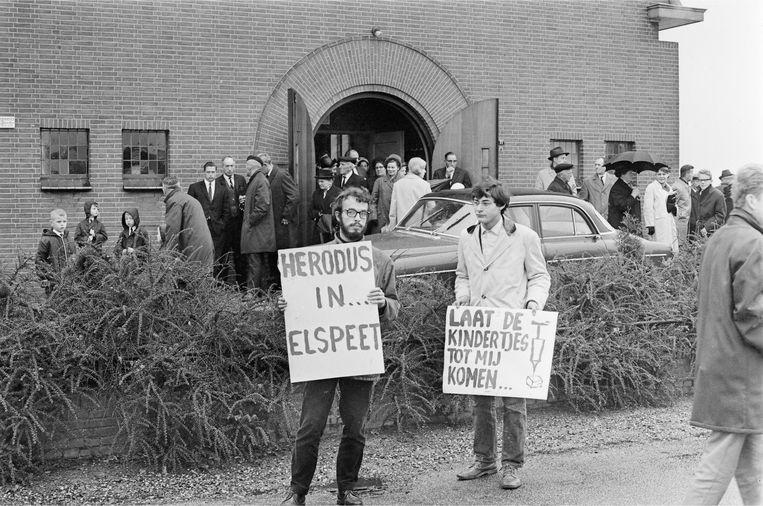 Elspeet 1966: demonstranten roepen kerkgangers op hun kinderen te vaccineren tegen polio.  Beeld ANP