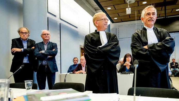 Twee patiënten, links, naast hun advocaten, Luc Rohof en Ivo Sindram