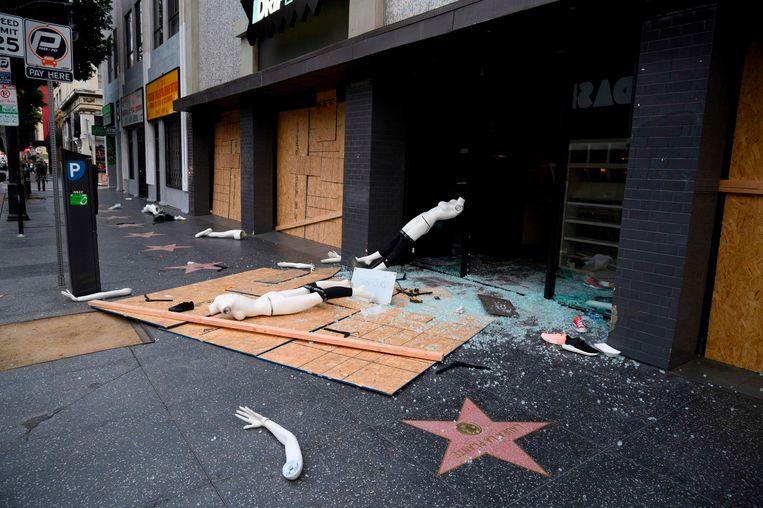 Een geplunderde winkel in Hollywood, Californië.  Beeld AFP
