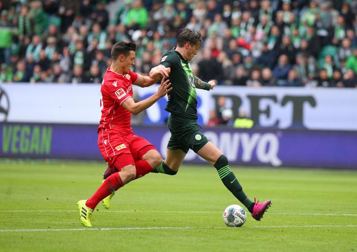 Wout Weghorst haalt uit namens Wolfsburg.