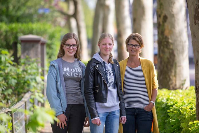 Nynke Zomer (links), Renée Bos (midden) en Tanja Bos (rechts) hopen dat het lukt om deze zomer naar Sri lanka te gaan in het kader van een vrijwilligersproject. De recente aanslagen maken het vooralsnog twijfelachtig.