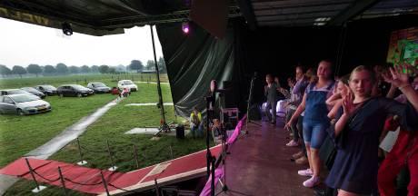 Leerlingen geven eindmusical midden in het weiland in Drempt, en ouders mogen kijken vanuit de auto